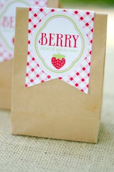 For a strawberry picnic party Birthday Favors, Diy Birthday, 1st Birthday Parties, Party Favors, Birthday Ideas, Girl Parties, Party Printables, Strawberry Shortcake Birthday, Thank You Party