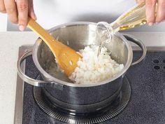 Sushi selber machen - so geht's Schritt für Schritt - essig-zum-reis-geben-2 Rezept