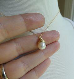 Bridesmaid gifts SEVEN pearl solitaire necklaces por OtisBWeddings