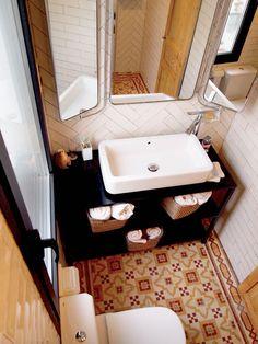 Antes y Después de un piso con alma vintage en Madrid Sink, Vanity, Bathroom, Madrid, Home Decor, Rustic Style, Wood Beams, Reclaimed Doors, Antique Dining Rooms