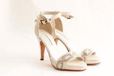 VICENZO Capellada: Cabretilla color crudo origen italiano Forro: De piel muy suave Taco:10.5 cm Plataforma:1.3 cm de plataforma cubierta Altura real del calzado:9.2 cm (10.5 cm de taco -1.3 de plataforma) Hebilla: Cuadrada color ocre Galon: Perlado de origen italiano Cómoda plantilla: Origen italiano Suela: En cuero Colores: Combinación a tu gusto. #shoes #bridal #wedding #design #lailafrank #white #novia #luxury #boda #casamiento #party Wedding, Shoes, Fashion, Colorful Party, Leather, Over Knee Socks, Fur, Boyfriends, Zapatos