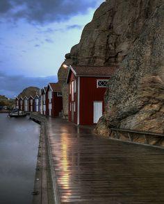 Smögen, Sweden - курортный поселок в Швеции. Смоген, расположенный на берегу Северного моря, насчитывает всего лишь 1500 постоянных жителей. Но это совсем не мешает ему быть одним из наиболее популярных курортных мест страны. Поселение образовалось здесь в далеком 16-м веке и было лишь частью укрепления на подступах к более крупному населенному пункту Уддевала.