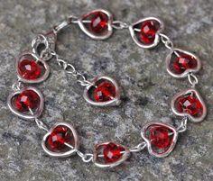 punaisia kristalleja ja sydämmiä rannekoru | http://www.savipajapeltoranta.fi/tuotteet.html