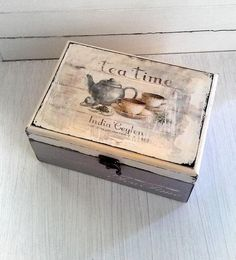 A decorated box to store all your tea bags. Decoupage Vintage, Decoupage Wood, Decoupage Furniture, Wooden Crafts, Diy And Crafts, Tea Box, Vintage Box, Custom Pillows, Wooden Boxes