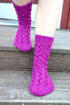 Chart on page. Cable Knit Socks, Crochet Socks, Knit Or Crochet, Knitting Socks, Baby Knitting, Knit Baby Dress, Cozy Socks, Knitting Videos, Knitting Accessories