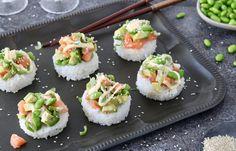 Feestelijke hapjes, deze mini poké bowls met zalm, edamame, avocado, bosui en s. Diner Recipes, Sushi Recipes, Snack Recipes, I Love Food, Good Food, Yummy Food, Edamame, Healthy Diners, Poke Bowl