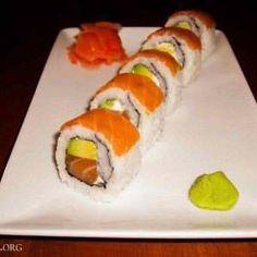 Smoked Salmon Sushi, Salmon Roll, Sushi Roll Recipes, Japanese Food Sushi, Sushi Dishes, Sushi Party, Sushi Chef, How To Make Sushi, Salmon Recipes
