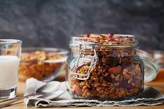 Butikkhyllene er frokostblandinger, som granola og müsli. Her får du ernæringsekspertens beste råd når du skal velge granola eller musli.