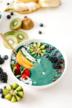 Rainbow green smoothie bowl | Vegan, gluten free, and vegetarian. | Click for healthy recipe. | Via Kale and Caramel