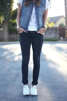 Casual outfit inspiration - jeans and converse create the perfect summer style. back to school Jeans And Converse, Outfits With Converse, Komplette Outfits, Fall Outfits, Summer Outfits, Casual Outfits, Fashion Outfits, Denim Outfits, White Converse