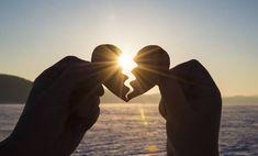 (...) Όταν ο ένας σύντροφος αρχίζει να κινείται στη σωστή κατεύθυνση, αργά ή γρήγορα ακολουθεί και ο άλλος. Επειδή διψούν και οι δύο για αγάπη αλλά δεν ξέρουν πώς να την προσεγγίσουν. Κανένα πανεπιστήμιο δεν διδάσκει ότι η αγάπη είναι μια τέχνη και ότι η ζωή δεν σου έχει ήδη δοθεί, πρέπει να τη μάθεις από το μηδέν. Ωστόσο, είναι καλό ότι πρέπει να ανακαλύψουμε κάθε θησαυρό που κρύβεται στη ζωή με τα ίδια μας τα χέρια. Και η αγάπη είναι ένας από τους μεγαλύτερους θησαυρούς της ύπαρξης. Κι… Holding Hands