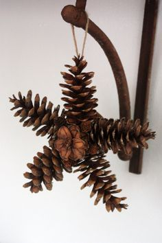 Excellent Totally Free Primitive Decor easy Strategies Any time my personal ancient college or university buddy travelled straight into the home a decade earlier, th. Pine Cone Art, Pine Cone Crafts, Christmas Projects, Pine Cones, Holiday Crafts, Natural Christmas, Rustic Christmas, Pine Cone Decorations, Christmas Decorations
