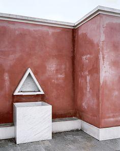 Une des fontaines placées de chaque côté de l'entrée principale. Le triangle est une figure récurrente dans l'œuvre d'Aldo Rossi.