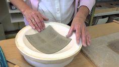 Orientalische Schale aus Keramik: Das BOTZ-Team schafft mithilfe der Stempeltechnik und Orientblauglasur eine wunderschöne Schale zum Selbermachen. Gefällt? ...