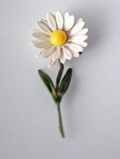 Vintage daisy brooch.