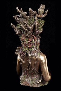 Mutter Erde in voller Anmut: #Gaia ist eine der ersten Gottheiten in der griechischen #Mythologie und respräsentiert unsere Erde mit all ihren Bewohnern. Diese eindrucksvolle #Büste zeigt sie ganz klassisch als Teil der Pflanzen- & Tierwelt.