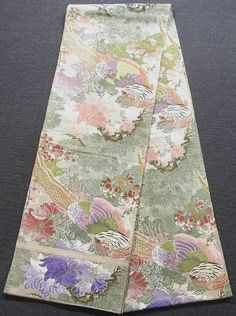 This is a vintage Maru obi with impressive 'kiji'(Japanese pheasant), 'botan' (peony), 'ume'(Japanese plum) and 'matsu'(pine tree) patterns, which are woven on the yellowish ivory background.