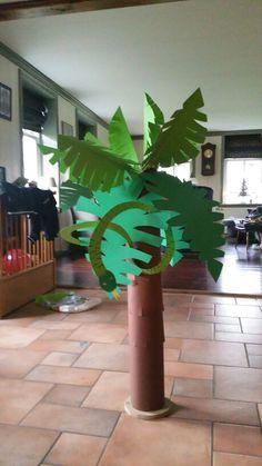 Palmboom surprise Homemade Christmas Crafts, Reborn Dolls, Reborn Babies, Baby Dolls, Newspaper Basket, Cardboard Art, School Decorations, Jungle Theme, Miniature Houses
