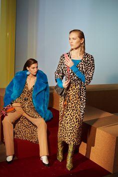 Diane von Furstenberg at New York Fashion Week Fall 2017 - Runway Photos New York Fashion, Fashion Week, Fashion 2017, Fashion Show, Womens Fashion, Fashion Tips, Fashion Trends, Fashion Addict, Diane Von Furstenberg