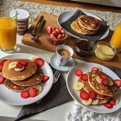 Imagen vía We Heart It #banana #breakfast #coffee #drink #food #fruit #juicy #nutella #pancakes #strawberry #yummy