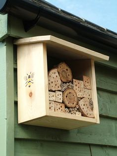Justin Knopp and his daughter have just made their own Solitary Bee House… Bug Hotel, Garden Projects, Craft Projects, Mason Bees, Bee House, Garden Bugs, Bee Happy, Save The Bees, Bees Knees