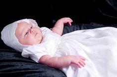 Die Fürbitten bei einer Taufe können von mehreren Personen im Wechsel gelesen werden. Hier kommt eine kleine Auswahl der schönsten Tauf-Fürbitten. © iStock
