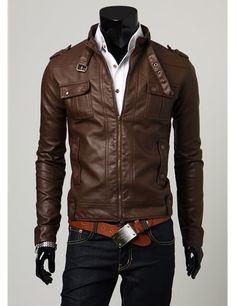 jaqueta de couro marrom, camisa branca, jeans escuro e cinto laranja... casou muito bem