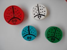 Decora tapas plásticas con un sharpie como si fueran mariquitas.  // You can use plastic lids to draw ladybugs.  L.P.J.V.
