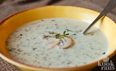 Deze champignonsoep is heerlijk romig! Een lekker soepje kan altijd, zowel bij de lunch als het avondeten. Maar wat voor soep zullen we vandaag dan eens op tafel zetten? En kost zo'n soep zelf maken niet ontzettend veel tijd en zijn al die ingrediënten niet heel duur? Ik koop wel een zak of blik