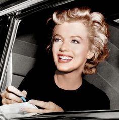 Esta es una instantánea de Marilyn Monroe firmando autógrafos cuando tenía alrededor de 20 años. Realmente ya estaba empezando a hacerse un nombre para sí misma. Estaba tan llena de vida que era difícil imaginar que tenia esos demonios que rondaban su cabeza y la condujeron a la muerte.