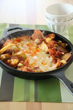 コチュジャンベースの甘辛ダレで下味をつけた鶏肉とたっぷり野菜を溺れるほどのたっぷりチーズで絡めて食べる人気の韓国料理です。