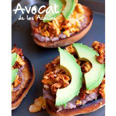 Deliciosa combinación para tus mañanas http://www.muybuenocookbook.com/2013/04/molletes-de-huevo-con-chorizo-y-aguacate/ #avocatacacias #aguacatehass #consumemashass #ideafácil