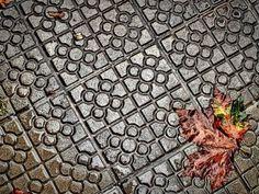 La lluvia y la baldosa de Bilbao de Yurdan Pascual. Concurso fotográfico Escenas de Bizkaia EL Correo (2011)