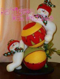 Muñrcos nieve con pelotas Christmas Snowman, Christmas Crafts, Xmas, Christmas Ornaments, Felt Crafts, Snowman Crafts, Diy And Crafts, Christmas Window Decorations, Holiday Decor