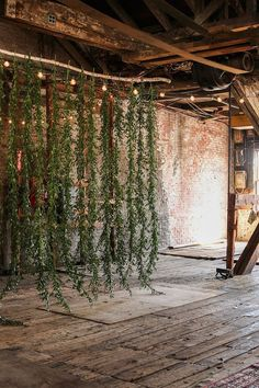 Rustic Garland wedding backdrop / http://www.himisspuff.com/wedding-backdrop-ideas/