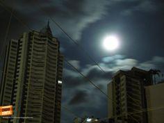 Noches de luna llena previas a eclipse iluminando el edificio más alto de Bucaramanga. Gracias Harvin Sánchez (http://on.fb.me/1jpNAQa) por la foto #nochesBUC