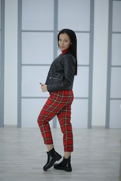Stylish plaid pants: hit of the season Plaid Pants, Tartan Plaid, Leather Pants, Pantalon Tartan, Casual Sporty Outfits, Red Trench Coat, Plain Tops, French Brands, Evening Outfits