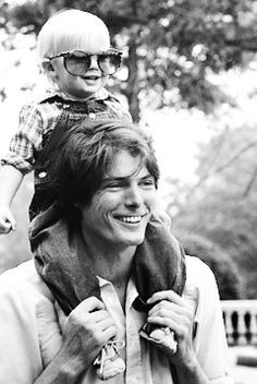 Christopher Reeve & son Matthew at the Bronx Zoo in 1981.