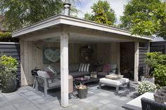 Houten tuinkamer met loungeset. Wezep www.bronkhorstbuitenleven.nl