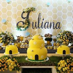 Risultati immagini per templates abelhinha Baby Shower Parties, Baby Shower Themes, Baby Boy Shower, Girl Birthday Themes, Baby Birthday, Birthday Ideas, Elegant Baby Shower, Bee Party, Mommy To Bee