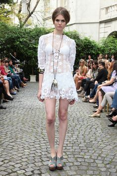 Outstanding Crochet: Shawls and scarfs Crochet Wedding, Glamour, Lace Skirt, Ideias Fashion, White Dress, Flower Girl Dresses, Wedding Dresses, Skirts, Vintage