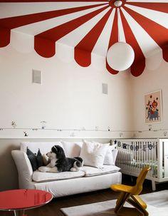 Un plafond rouge et blanc pour un esprit cirque chez les enfants - Un plafond en couleur pour réveiller une pièce - Elle Décoration