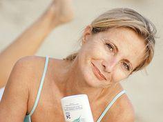 Mit diesen Tipps und Tricks können Sie Ihre Haut beruhigen, nachdem sie zu viel Sonne abbekommen hat.