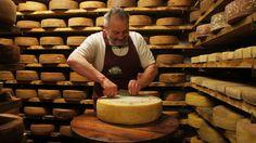 """El 'Nostrano Valtrompia DOP """"es un queso semi-grasa en el queso duro adicional que se produce durante todo el año a partir de la leche cruda y con la adición de azafrán. La zona geográfica de producción de este queso es el Valle Trompia (BS). el aroma de queso y aroma completo e intenso, sin percepción de notas amargas en mínimo de maduración muy bien y cuando sazonada con notas picantes que acabamos de mencionar; el color de la pasta es de color amarillo pálido con una tendencia a verde…"""