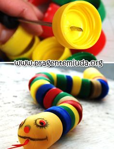 This cute little snake, made of recycled plastic bottle caps, would make a fun bird toy. Creative Arts And Crafts, Diy And Crafts, Crafts For Kids, Creative Ideas, Plastic Bottle Caps, Bottle Cap Crafts, Projects For Kids, Diy For Kids, Recycled Crafts