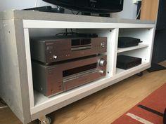 TV meubel van steigerhout. De Ikea kast uit de Bestå serie vormt de basis. Hierna is hij afgewerkt met vergrijsd steigerhout en voorzien van een paar stoere wielen