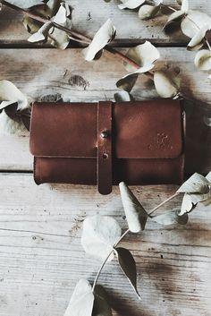 Tabaktasche und Fahrradtasche in einem geht nicht? Wir von Gusti Leder lieben Herausforderungen und haben deswegen ein Produkt erschaffen, welches genau das miteinander vereint. Im Inneren hast Du Platz für Dein Pfeifenequipment. Allerdings kannst Du das Hauptfach auch dafür nutzen, Kleinigkeiten, wie Flickzeug oder Dein Handy, unterzubringen. Gusti Leder