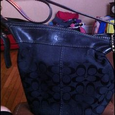 """REDUCED""""COACH AUTHENTIC LARGE BUCKET PURSE BLACK. This is beautiful bucket large bag well kept. Strap is adjustable in short or long.. Up to 48 inches long. INSIDE HAS LINING, ONE ZIP POCKET, TWO SLIP pocket    MEASURES APPROX. 10.5"""" WIDE, 11.5"""" HIGH, AND 5"""" DEEP  ADJUSTABLE SHOULDER STRAP HAS OVER A 12"""" DROP Coach Bags"""