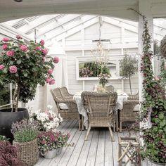 Outdoor Rooms, Outdoor Gardens, Outdoor Decor, Clematis, Managua, Carport Modern, Gladiolus Bulbs, Porch Veranda, Outdoor Steps