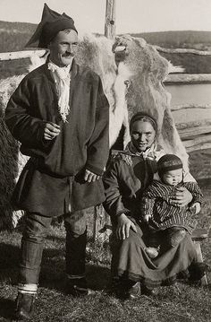 Young Sami family, Utsjoki, Finland, early with reindeer furs in the background. It's unusual to see Sami people from this time period smile in portraits! Lappland, Antique Photos, Vintage Photographs, Old Pictures, Old Photos, Scandinavian Countries, Historical Pictures, Family Portraits, Norway